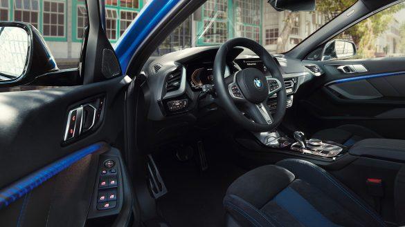 BMW 1er Interieur mit offener Fahrertüre
