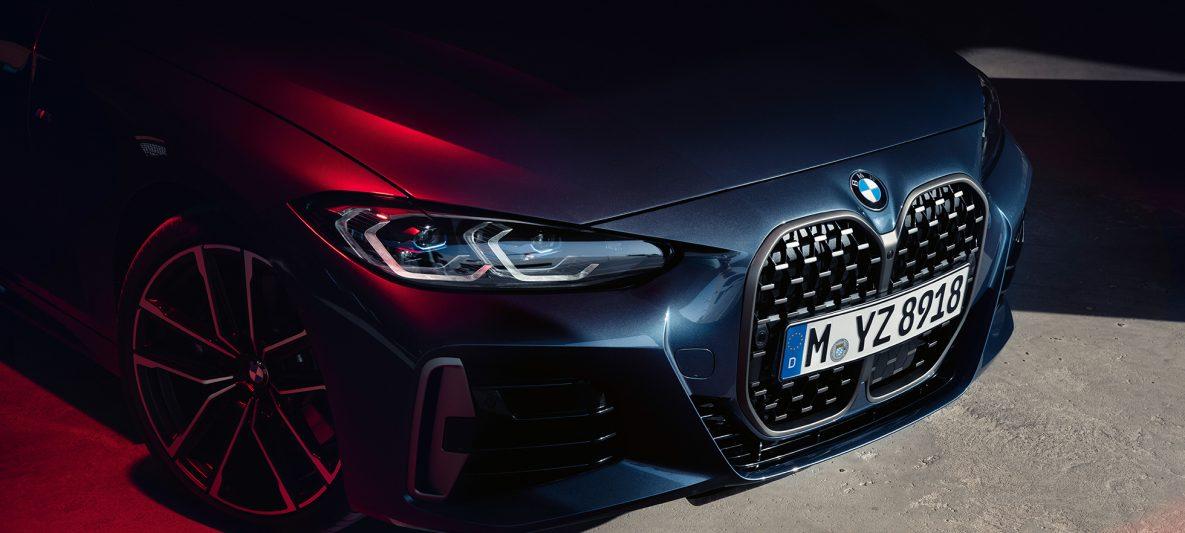 BMW 4er Coupé G22 2020 Arctic Race Blue metallic Dreiviertel-Frontansicht BMW Doppelniere