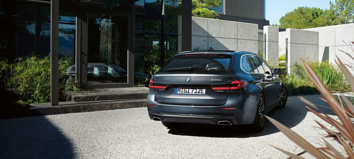 Heckschürze und Freiform-Endrohre BMW 5er Touring G31 Facelift 2020 Sophistograu Nahaufnahme Heck