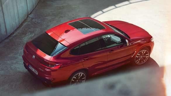 BMW X4 von rechts hinten oben
