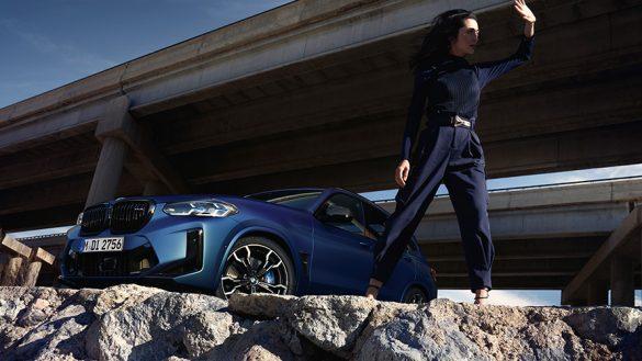 BMW X3 M Competition F97 LCI Facelift 2021 BMW Individual Frozen Portimao Blau metallic Dreiviertel-Frontansicht mit Model