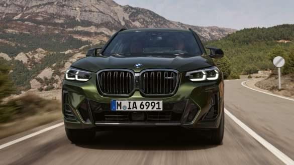BMW X3 M40i M40d G01 LCI Facelift 2021 Malachitgrün metallic M Sportfahrwerk Frontansicht fahrend